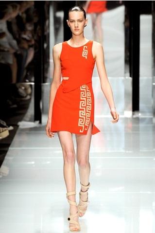 Модное платье от Версаче.